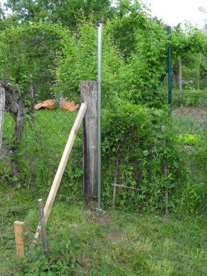 nový stĺpik pri starom drevenom stĺpe